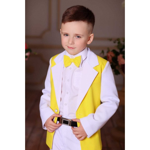 Светлый костюм на мальчика белый с желтым