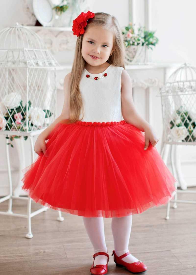 девочка в платье с пышной юбкой