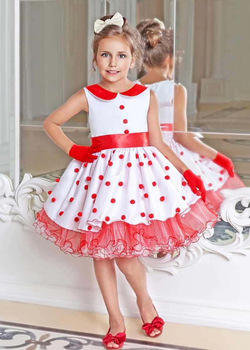 девочка в платье в горошек